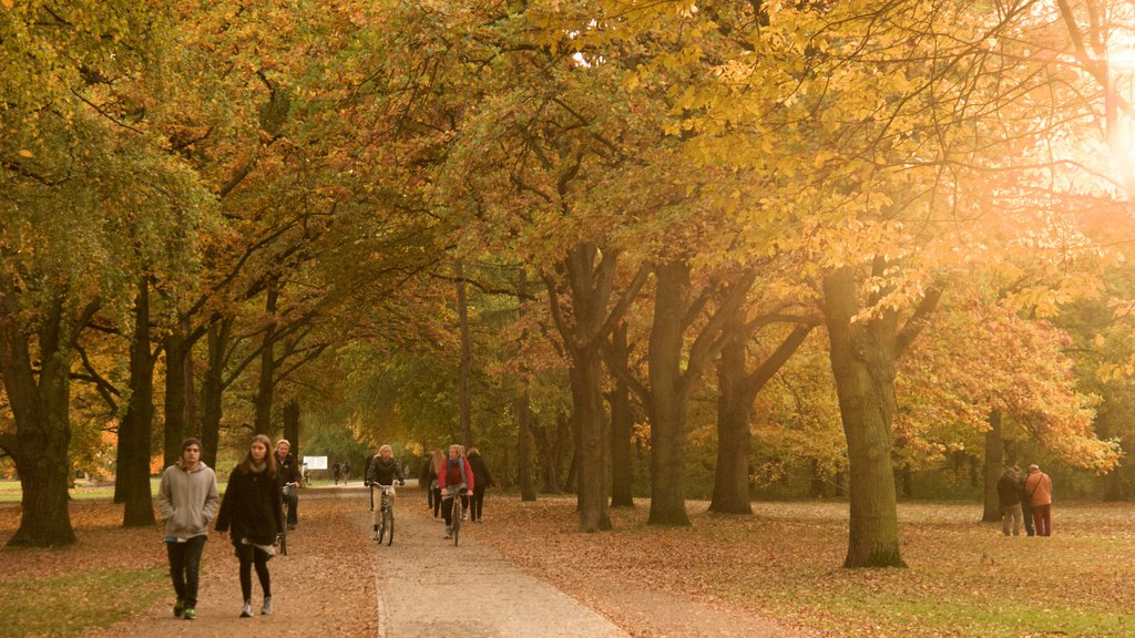 Tiergarten Soviet War Memorial showing autumn leaves and a garden as well as a small group of people