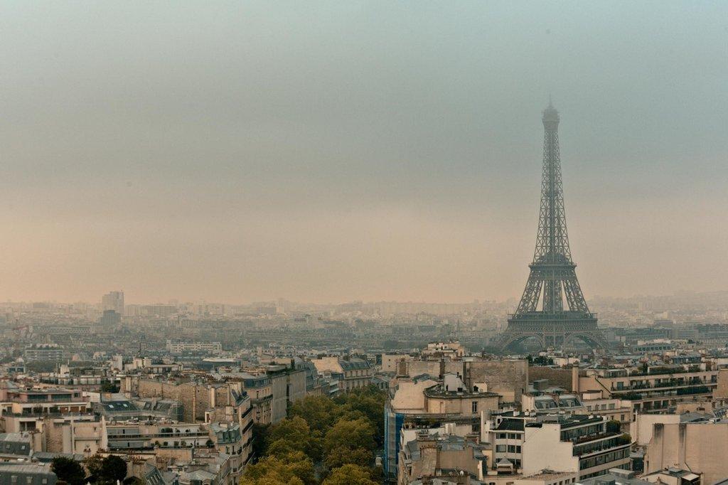 Vue depuis la terrasse de l'Arc de Triomphe - 75008 Paris.jpg