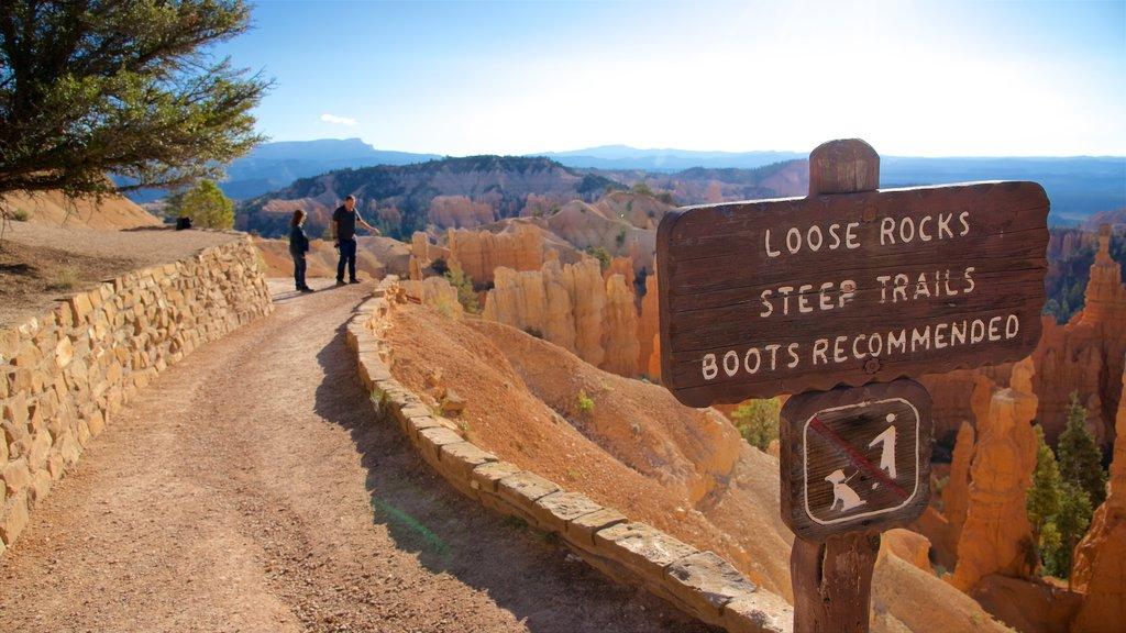 Bryce Canyon National Park que incluye señalización, vistas al desierto y escenas tranquilas
