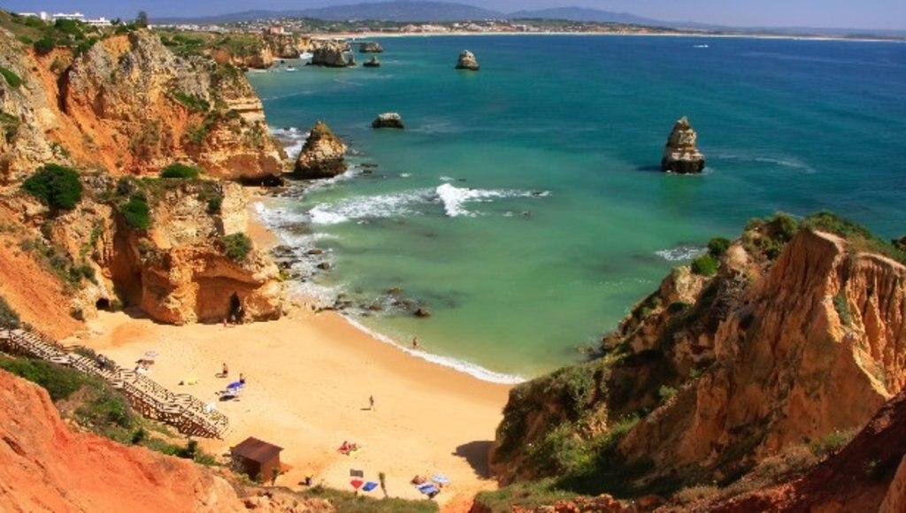 Algarve_family_beach_EDAM_Shutterstock.jpg