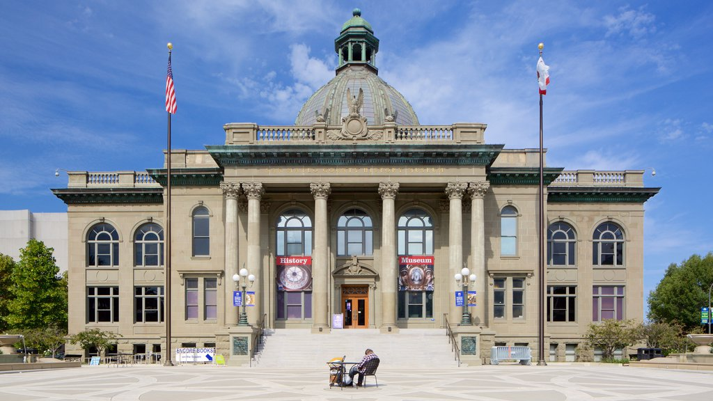 Redwood City mostrando patrimonio de arquitectura y un edificio administrativo y también un hombre
