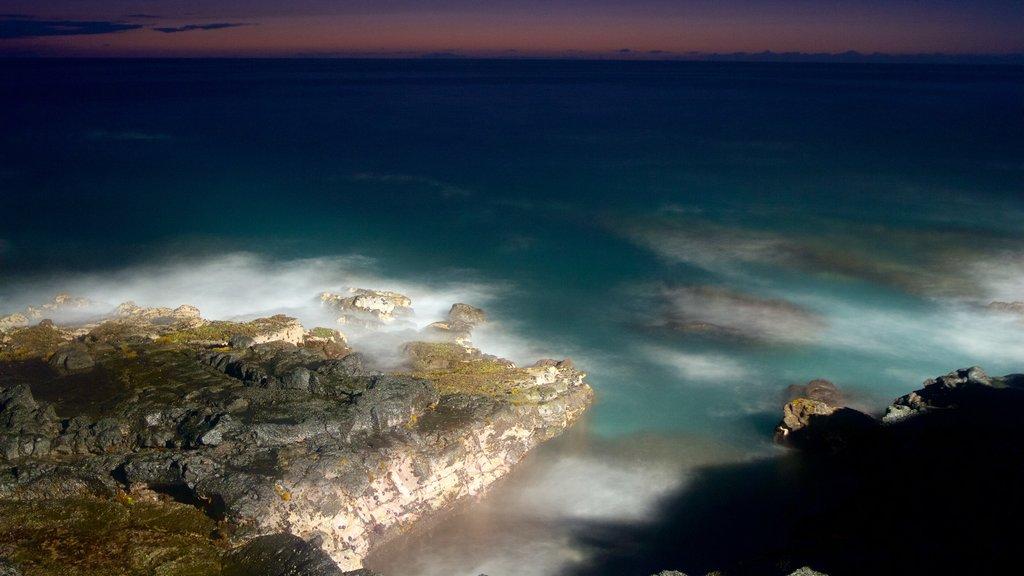 Kailua-Kona showing rocky coastline