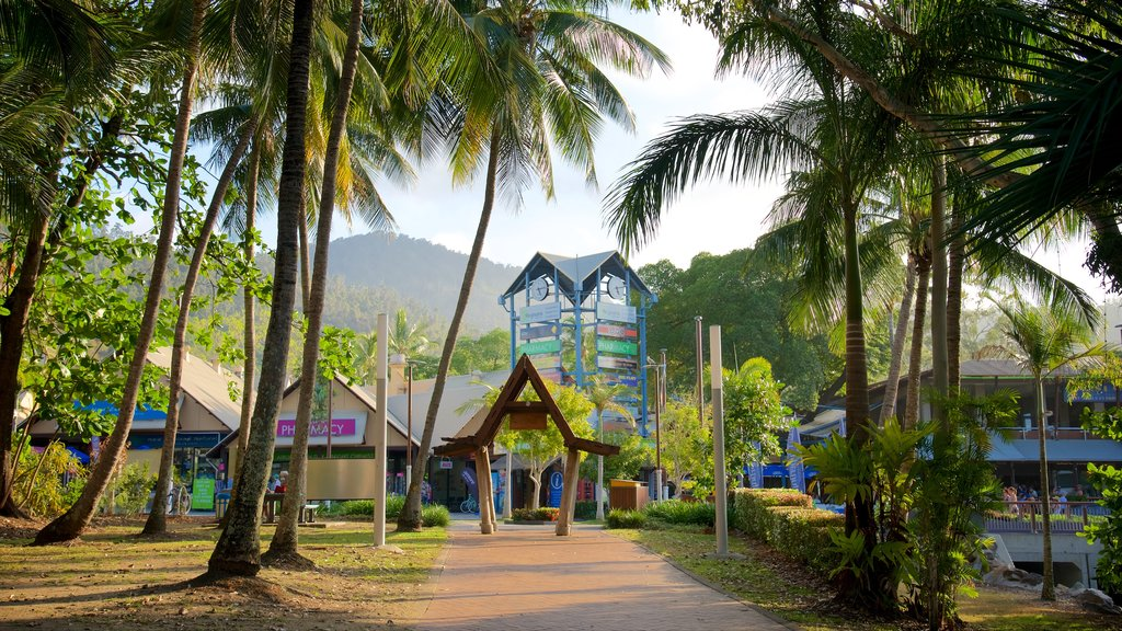 Airlie Beach which includes a coastal town and tropical scenes
