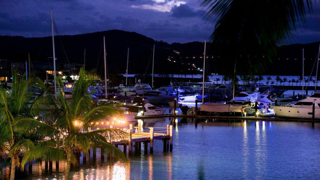 Hamilton Island Marina ofreciendo escenas nocturnas, vistas generales de la costa y paseos en lancha