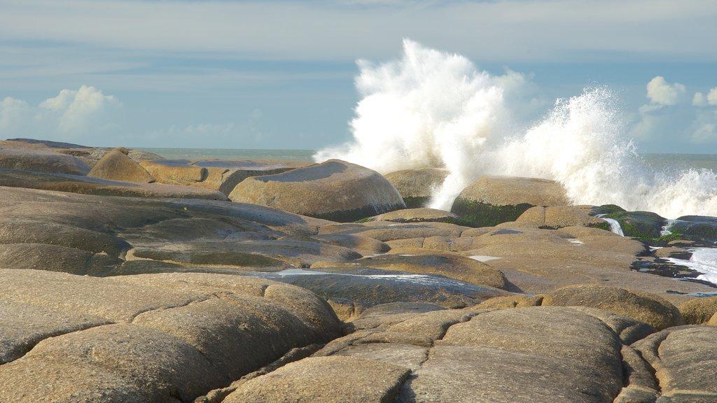 Punta del Diablo que incluye vistas generales de la costa y costa escarpada
