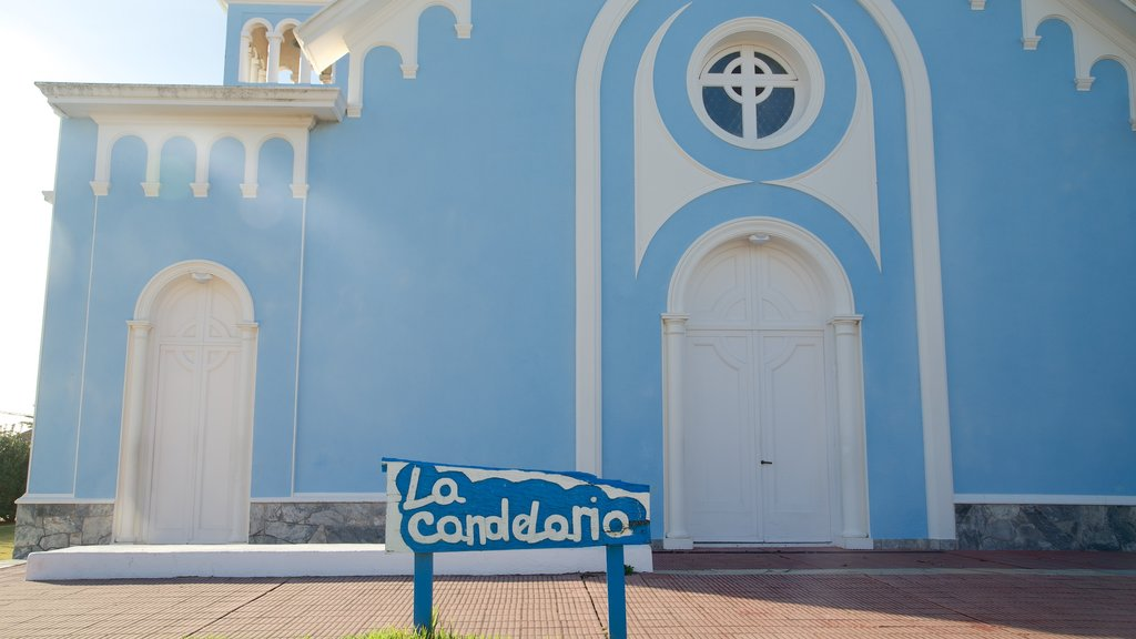 Candelaria Church which includes a castle, signage and heritage architecture