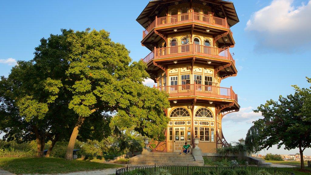 Patterson Park mostrando un jardín y patrimonio de arquitectura