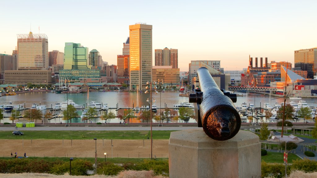 Federal Hill Park showing a city, skyline and a marina