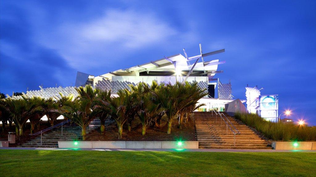Puke Ariki que incluye arquitectura moderna y escenas nocturnas
