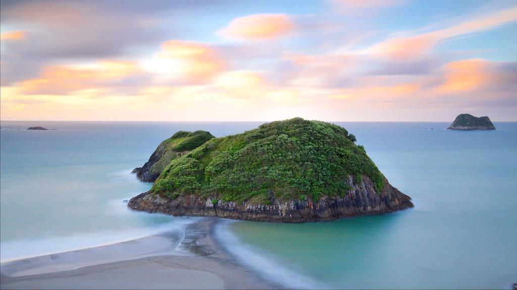 Sugar Loaf Marine Reserve ofreciendo una puesta de sol, vistas de una isla y una bahía o puerto