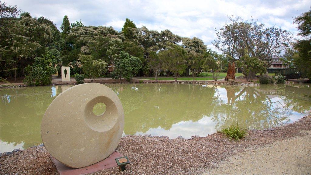 Government Gardens ofreciendo un estanque, arte al aire libre y un parque