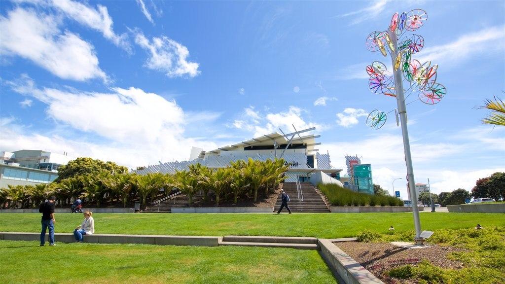 Puke Ariki ofreciendo arquitectura moderna, un parque y arte al aire libre