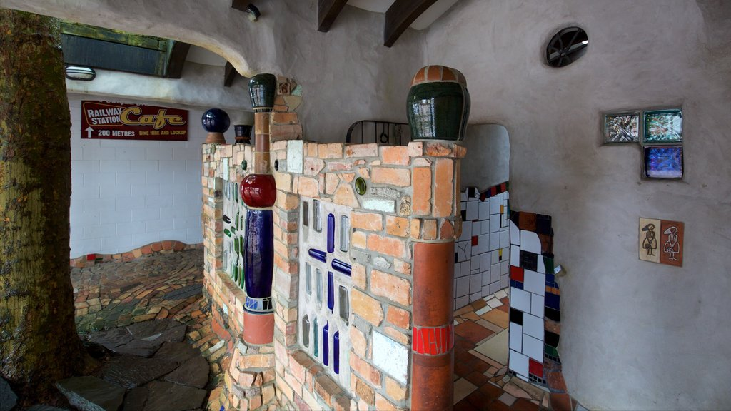 Baños públicos de Hundertwasser mostrando arte y vistas interiores