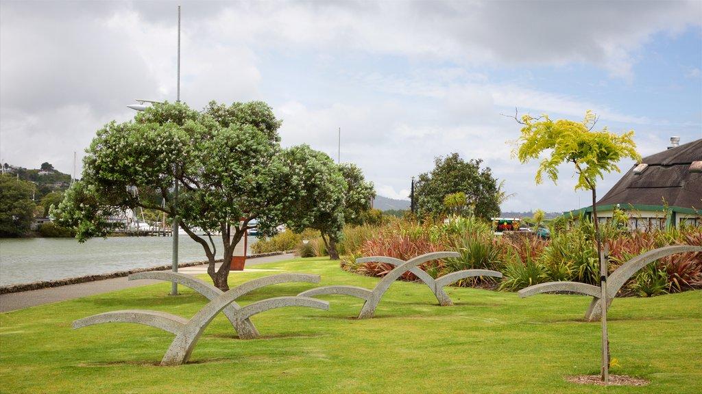 Whangarei que incluye un río o arroyo, un parque y arte al aire libre
