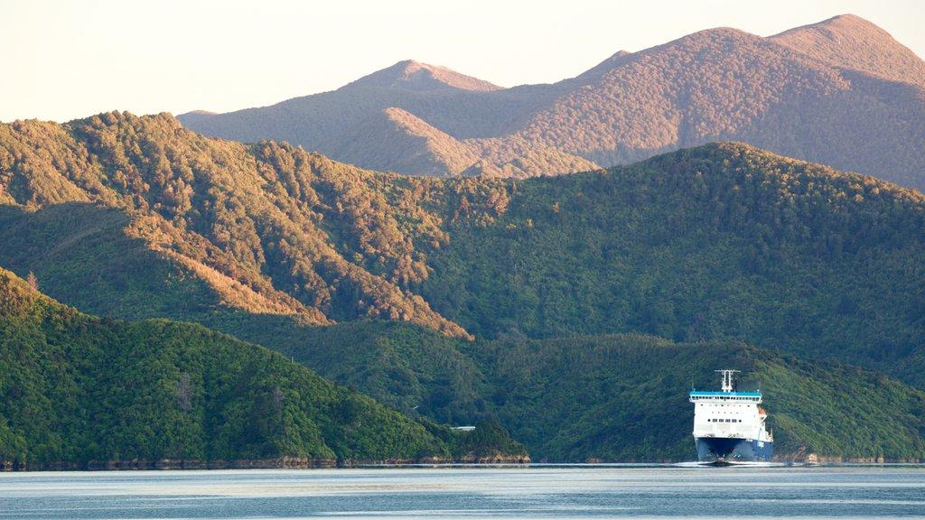 Picton que incluye crucero, una puesta de sol y montañas