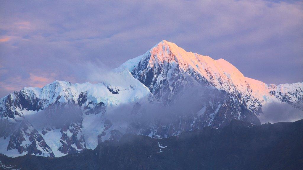 Fox Glacier ofreciendo una puesta de sol y montañas
