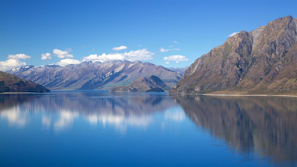 Lake Hawea mostrando montañas y un lago o abrevadero