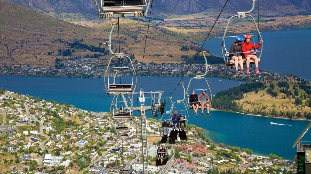 Skyline Gondola ofreciendo una pequeña ciudad o pueblo, un lago o abrevadero y una góndola