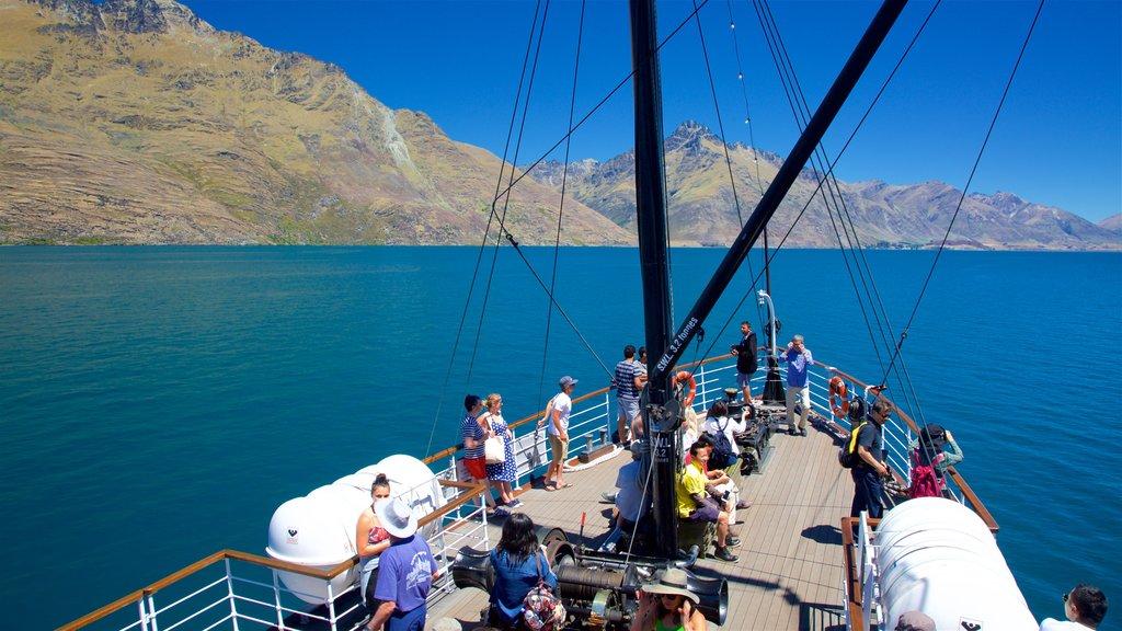 TSS Earnslaw Steamship que incluye navegación y escenas tranquilas y también un gran grupo de personas