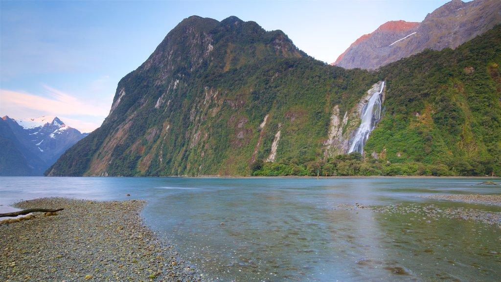 Isla del Sur mostrando escenas tranquilas, montañas y una playa de guijarros