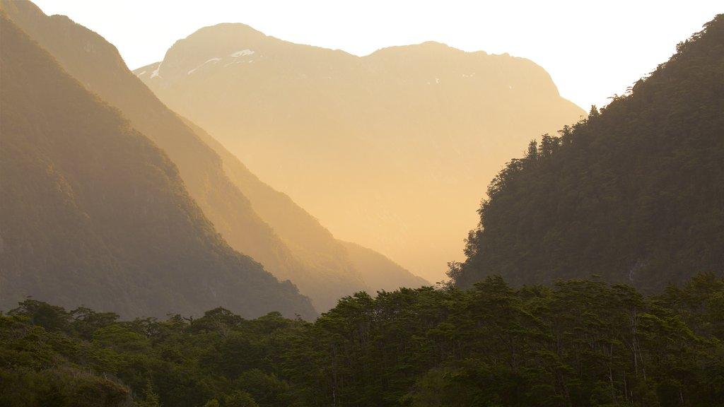 Milford Sound ofreciendo vistas de paisajes, escenas tranquilas y una puesta de sol