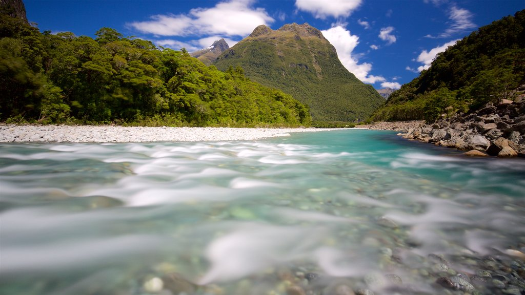 Milford Sound ofreciendo montañas y un río o arroyo
