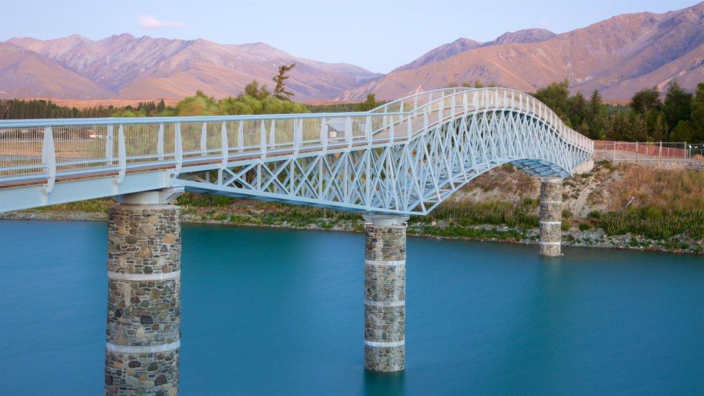 Isla del Sur que incluye montañas, un puente y un río o arroyo