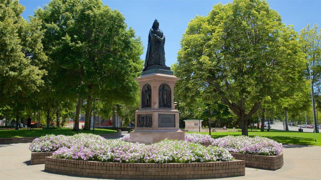 Victoria Square ofreciendo un jardín y un monumento