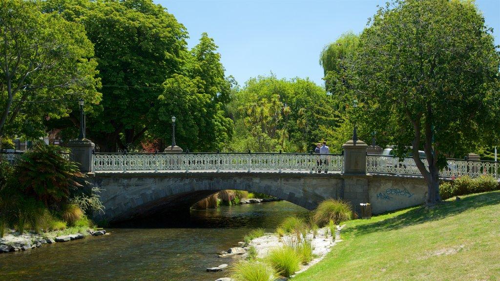 Christchurch que incluye un puente, un jardín y un río o arroyo