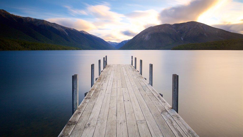 Nelson Lakes National Park ofreciendo una puesta de sol, una bahía o puerto y montañas