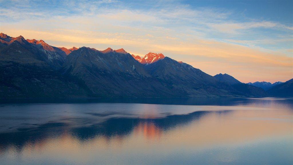 Lago Wakatipu mostrando una puesta de sol, un lago o abrevadero y montañas