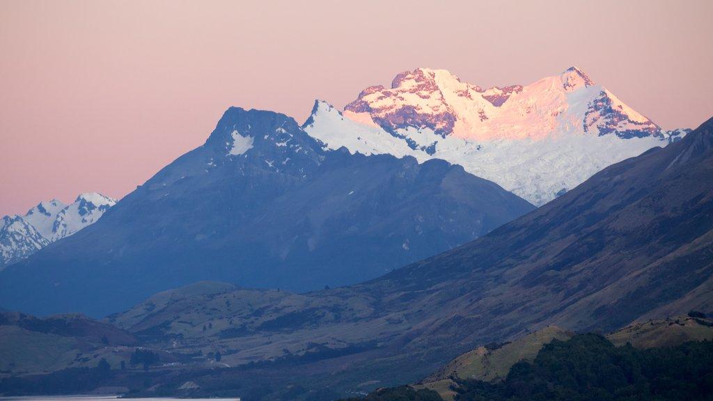 Lago Wakatipu que incluye montañas, nieve y una puesta de sol