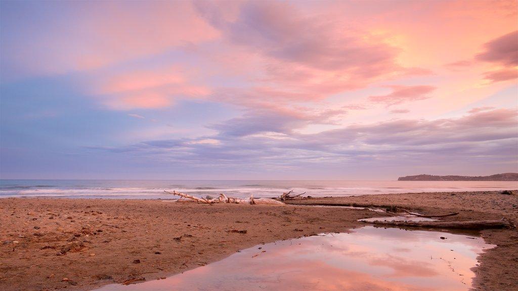 Oamaru mostrando una playa, una puesta de sol y vistas generales de la costa