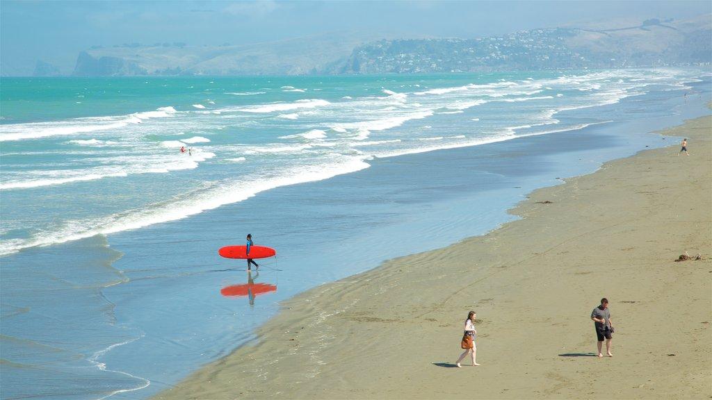 New Brighton Beach mostrando una ciudad costera, surf y una playa de arena