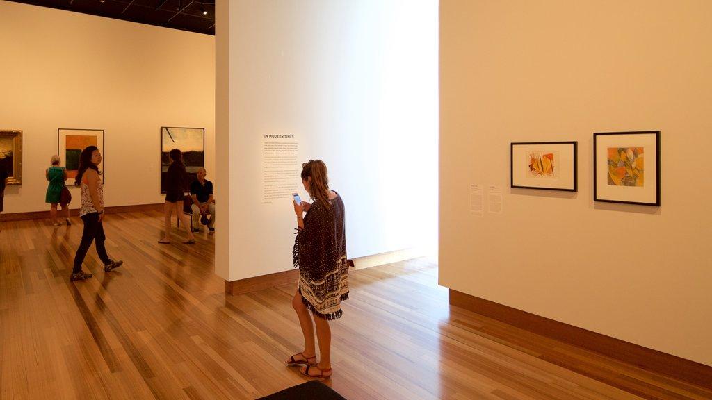 Christchurch Art Gallery que incluye vistas interiores y también un pequeño grupo de personas