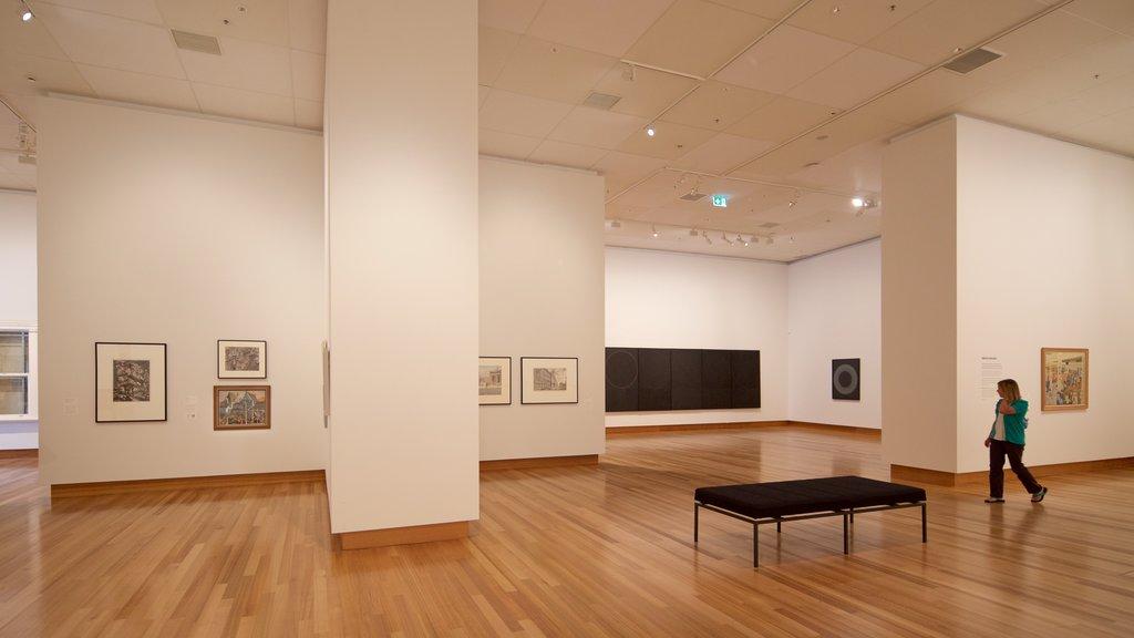 Christchurch Art Gallery que incluye vistas interiores y también una mujer