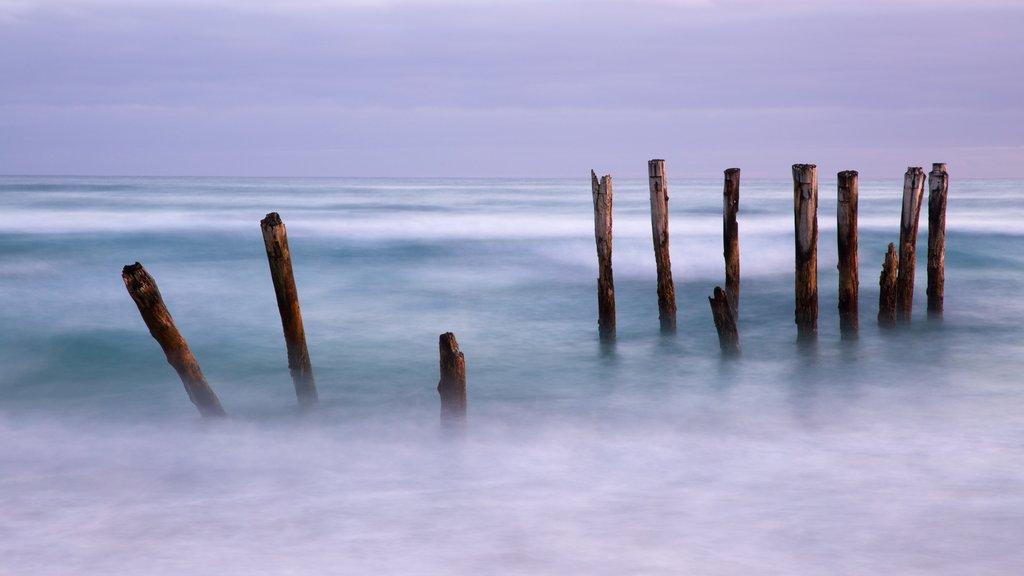St. Clair Beach ofreciendo olas y vistas generales de la costa