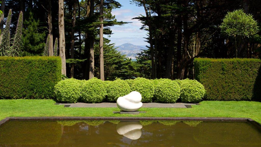 Larnach Castle ofreciendo arte, un jardín y un estanque