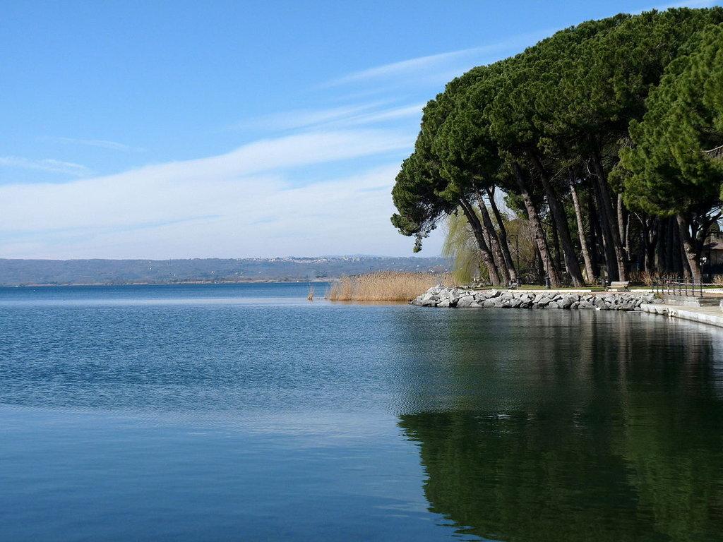 1200px-Flickr_-_lo.tangelini_-_Lago_Bolsena.jpg?1559382852