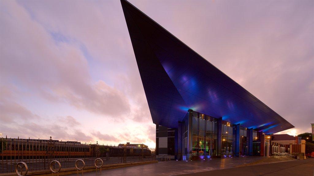 Otago Settlers Museum que incluye una puesta de sol y arquitectura moderna