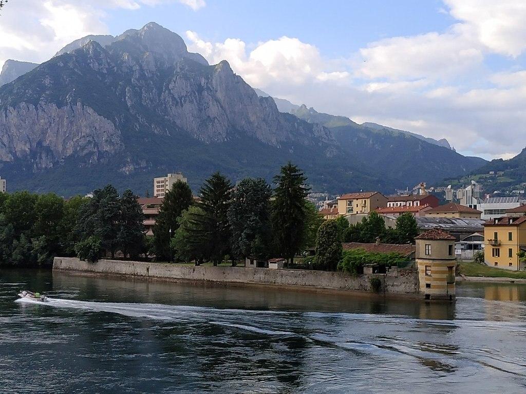 1200px-Isola_Viscontea_Lecco_ponte.jpg?1559569003