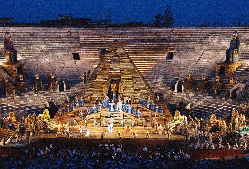 1440px-Arena_di_Verona_AIDA_von_Giuseppe_Verdi.jpg?1562945451