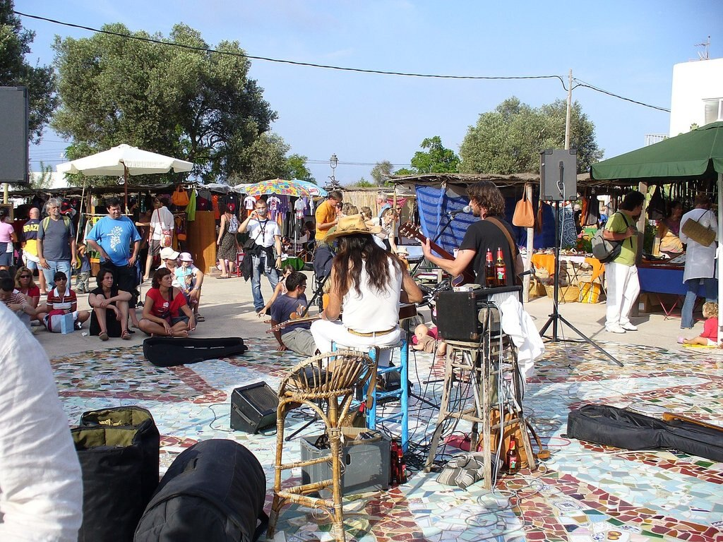 1440px-Hippy_market_at_Pilar_de_la_Mola__Formentera.jpg?1567679649