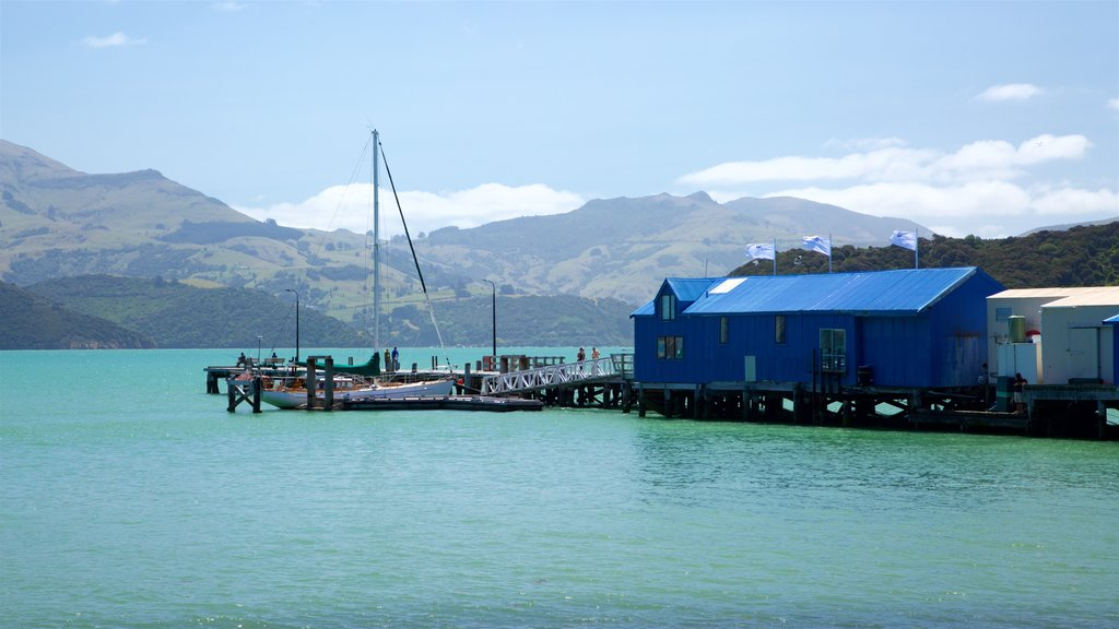Akaroa Wharf mostrando una bahía o puerto, montañas y navegación