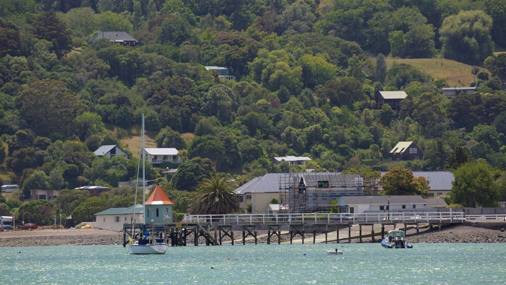 Akaroa Wharf ofreciendo una bahía o puerto, navegación y una ciudad costera