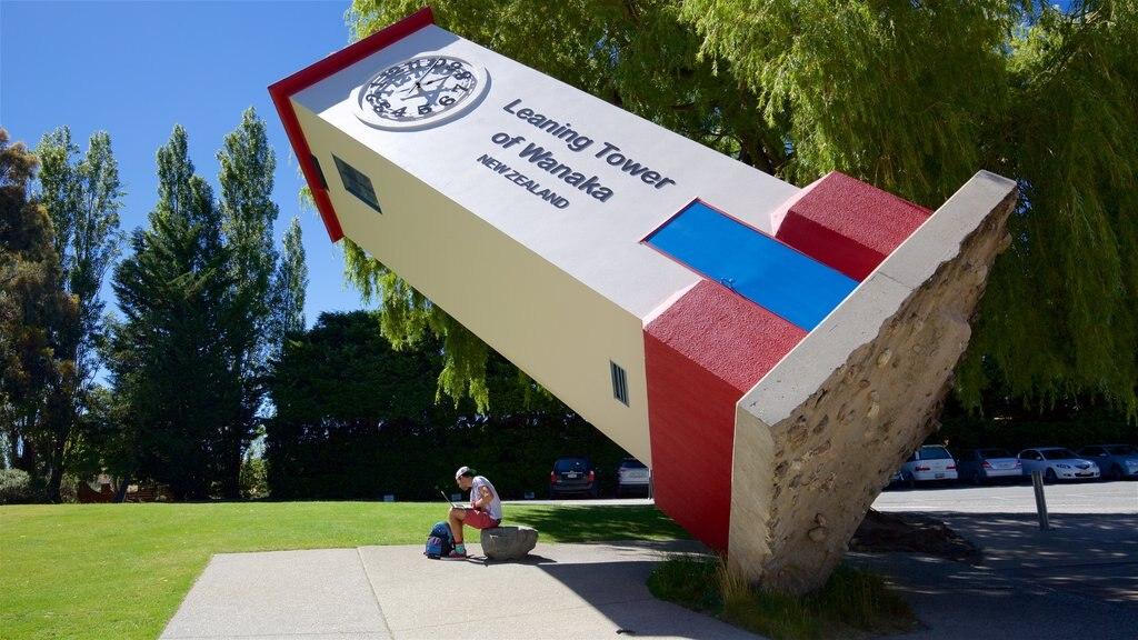 Puzzling World mostrando un jardín y arte al aire libre y también un hombre