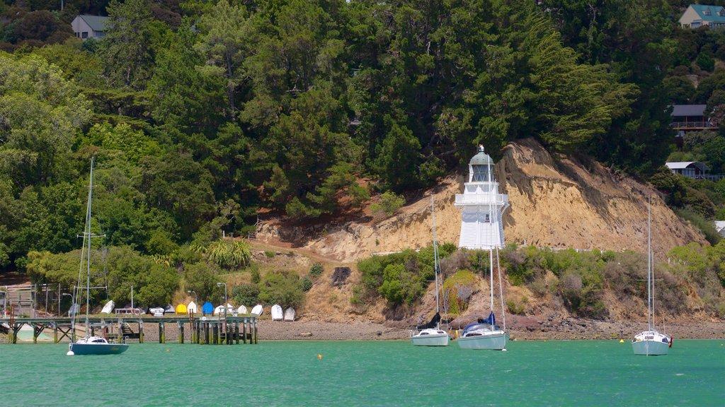 Akaroa que incluye navegación, una bahía o puerto y un faro