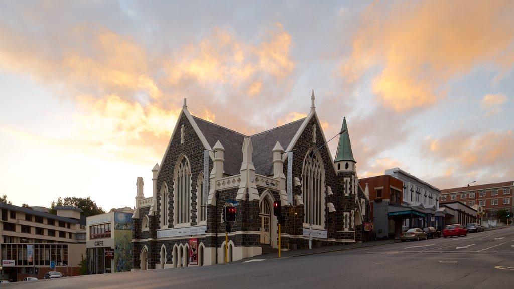 Dunedin ofreciendo patrimonio de arquitectura, escenas de teatro y una iglesia o catedral