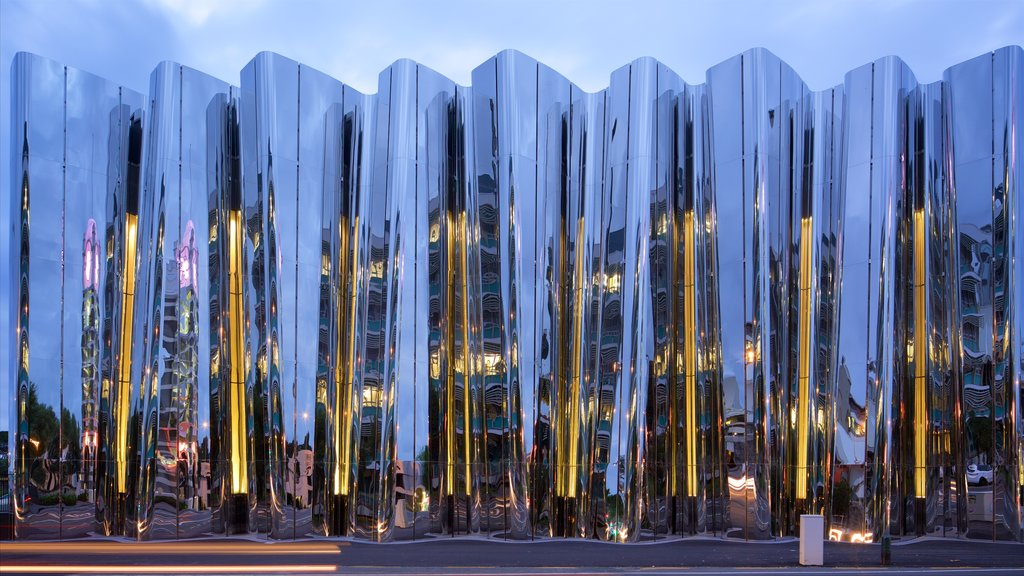 Govett-Brewster Art Gallery mostrando arquitectura moderna y escenas nocturnas