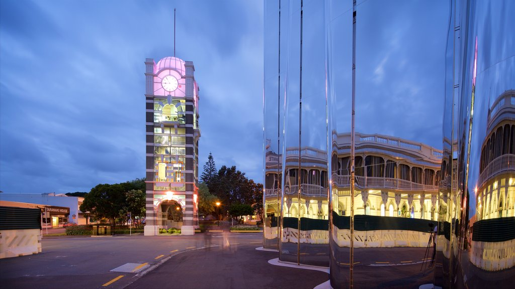 Govett-Brewster Art Gallery mostrando escenas nocturnas, patrimonio de arquitectura y arquitectura moderna